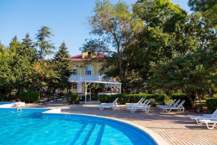 Бассейн парк-отеля Романова