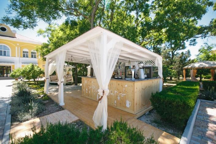 Кафе у бассейна парк-отеля Романова
