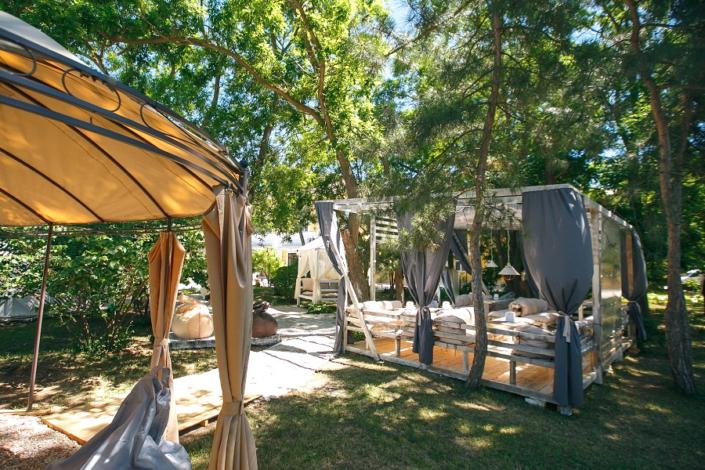 Зона отдыха на территории парк-отеля Романова
