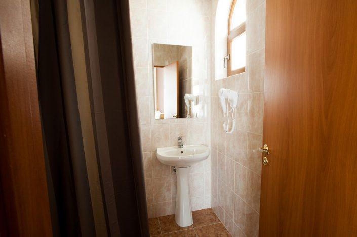 Туалетная комната Стандартного номера в шале Rosa Village, ГК Роза Хутор, Красная Поляна, Сочи