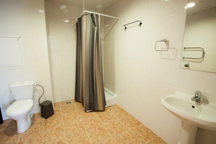 Туалетная комната трехместного номера в шале Rosa Village, ГК Роза Хутор, Красная Поляна, Сочи