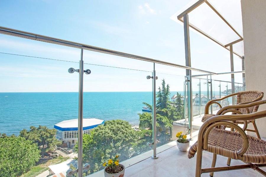 Балкон номера Полулюкс с видом на море отеля Россия в Алуште