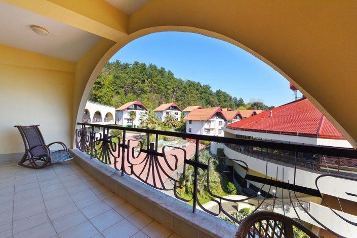 Вид с террасы на территорию спа-отеля Русский дом Дивный 43°39°, Сочи