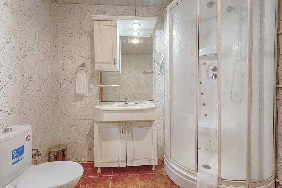 Туалетная комната номера на первом этаже коттеджа спа-отеля Русский дом Дивный 43°39°, Сочи