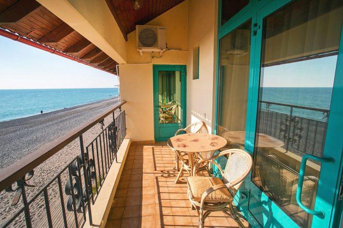 Вид на море и пляж с террасы номера Люкс в Пляжном корпусе спа-отеля Русский дом Дивный 43°39°, Сочи
