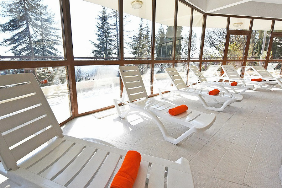 Зона отдыха у бассейна спа-отеля Русский дом Дивный 43°39°, Сочи