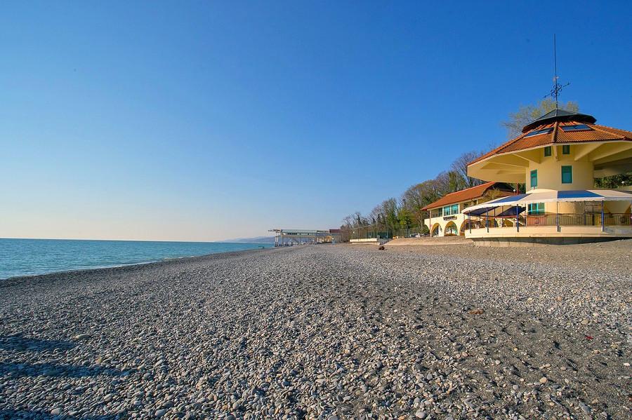 Пляж спа-отеля Русский дом Дивный 43°39°, Сочи