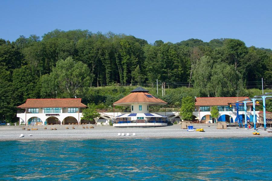 Вид с моря на пляж спа-отеля Русский дом Дивный 43°39°, Сочи