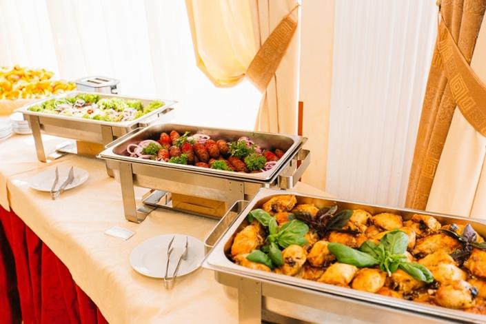 Шведский стол в ресторане