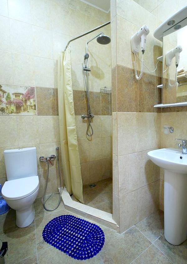 Туалетная комната номера Стандарт Комфорт Семейный в корпусе Восточный санатория Саки