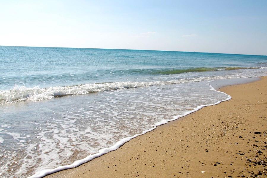 Пляж в городе Саки