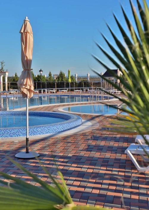 Зона отдыха у бассейна санатория Сакрополь