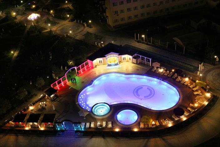 Бассейн санатория Сакрополь вечером