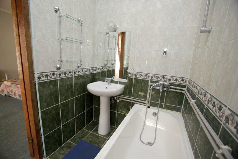 Туалетная комната номера Полулюкс отеля Самшит, Очамчыра, Абхазия