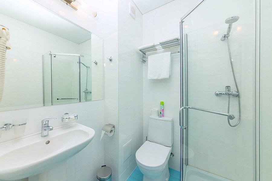 Туалетная комната Стандартного одноместного номера отеля Sea Breeze Resort