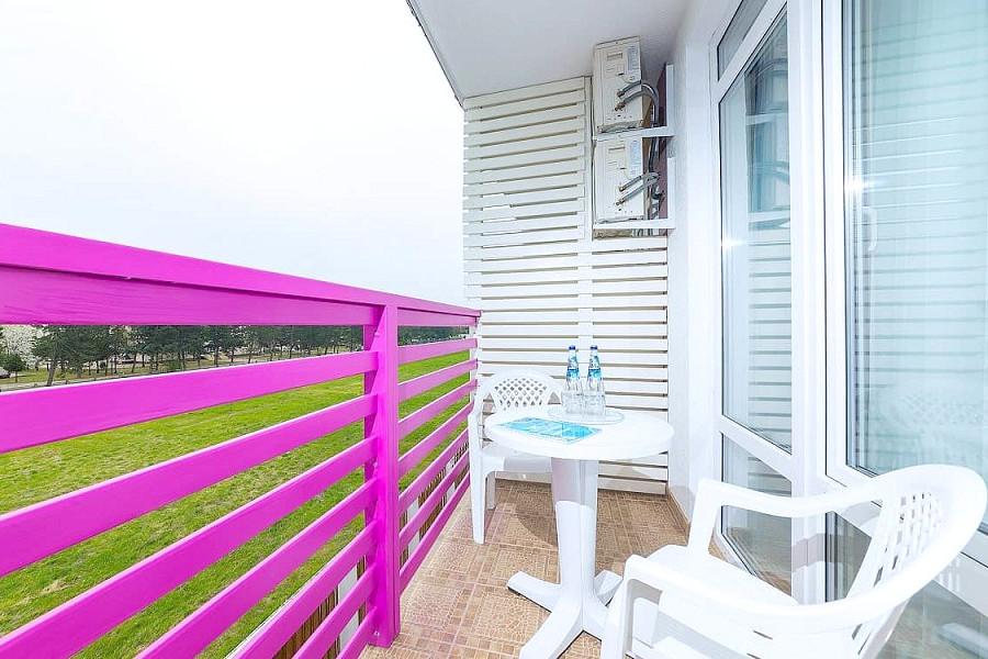 Балкон Стандартного двухместного номера отеля Sea Breeze Resort