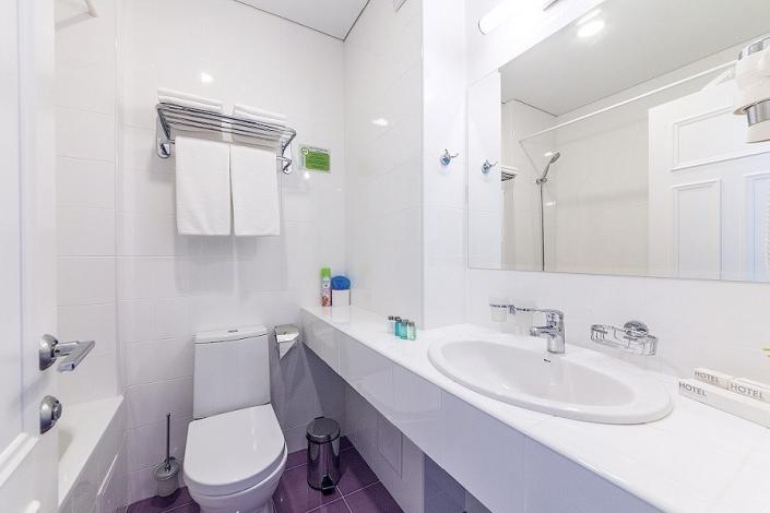 Туалетная комната Стандартного Улучшенного номера отеля Sea Breeze Resort