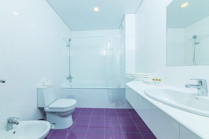 Туалетная комната номера Люкс отеля Sea Breeze Resort