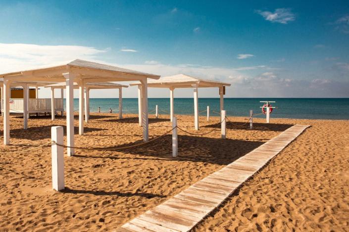 Пляж рядом с отелем SeaLand