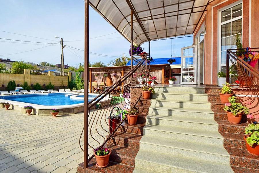 Территория гостевого дома Селини