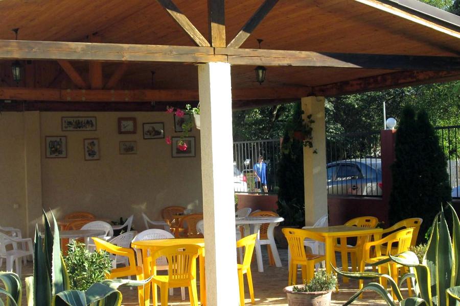 Беседка для отдыха и барбекю на территории отеля Шармат, Пицунда, Лдзаа