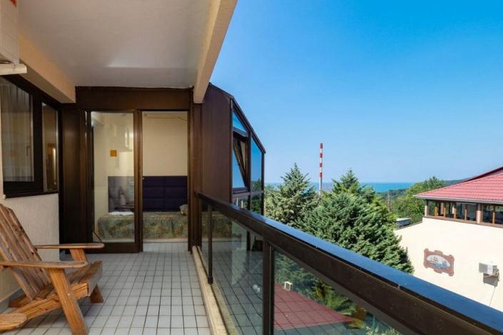 Стандарт трехместный с балконом пансионата Шексна