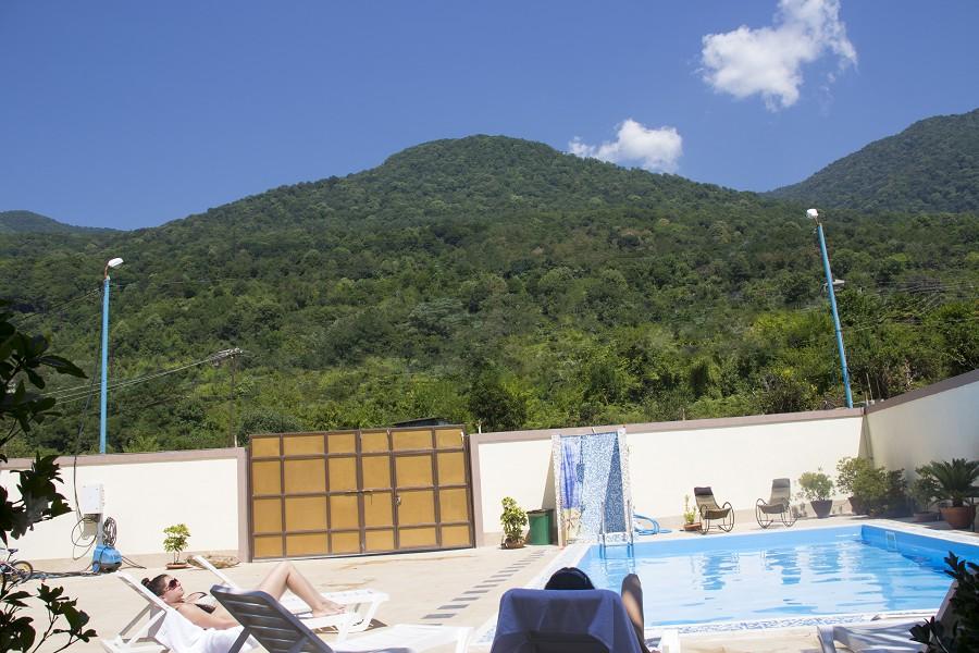 Вид от бассейна на горы