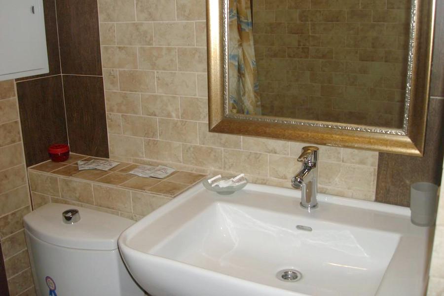 Туалетная комната в номере гостевого доме Сказка