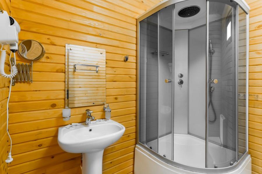 Туалетная комната в двухместном коттедже отеля Славянка