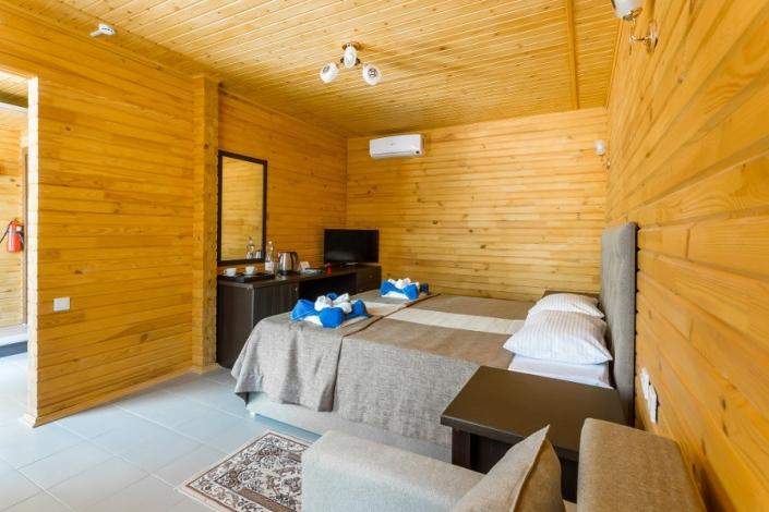 Спальня на первом этаже Семейного коттеджа отеля Славянка