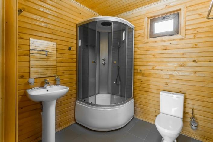Туалетная комната на первом этаже Семейного коттеджа отеля Славянка