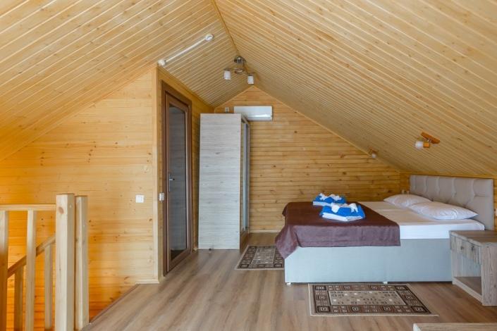 Спальня на втором этаже Семейного коттеджа отеля Славянка