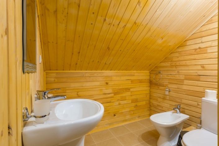 Туалетная комната на втором этаже Семейного коттеджа отеля Славянка
