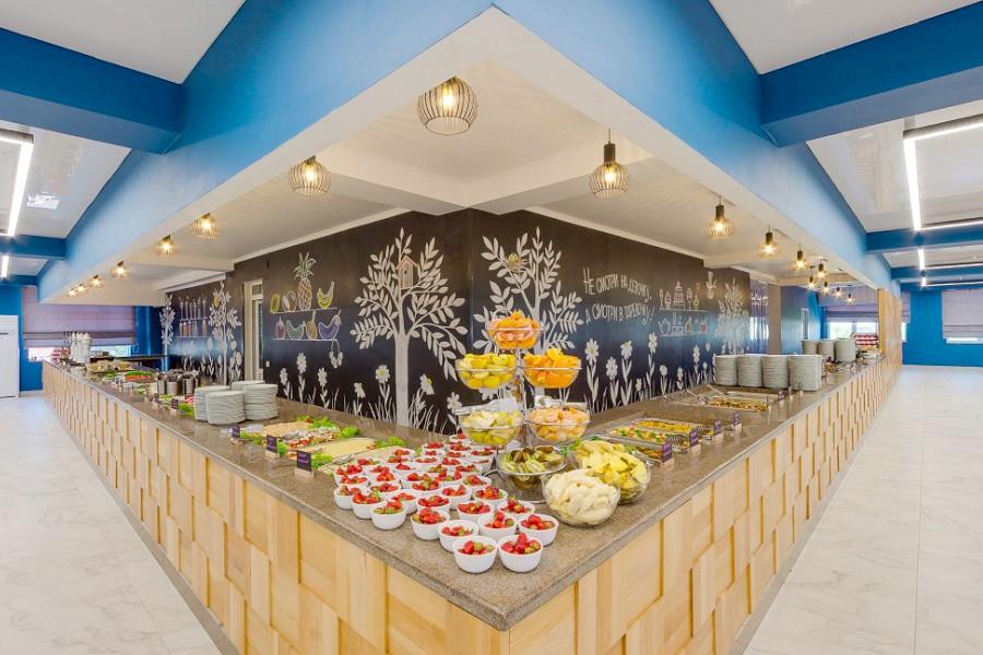 Обеденный зал на первом этаже ресторана отеля Славянка