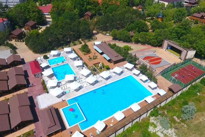 Бассейны на территории отеля Славянка