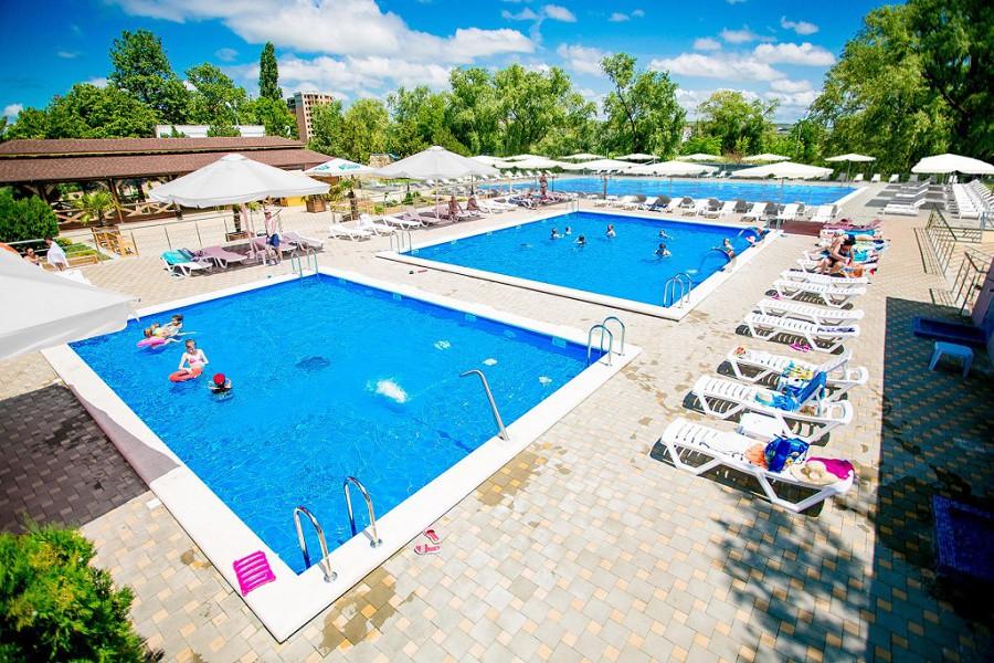 Бассейны отеля Славянка