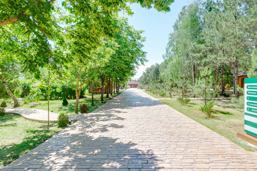 Территория отеля Славянка