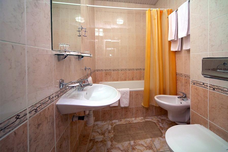 Туалетная комната в номере ПК в Сочи Бриз Отель
