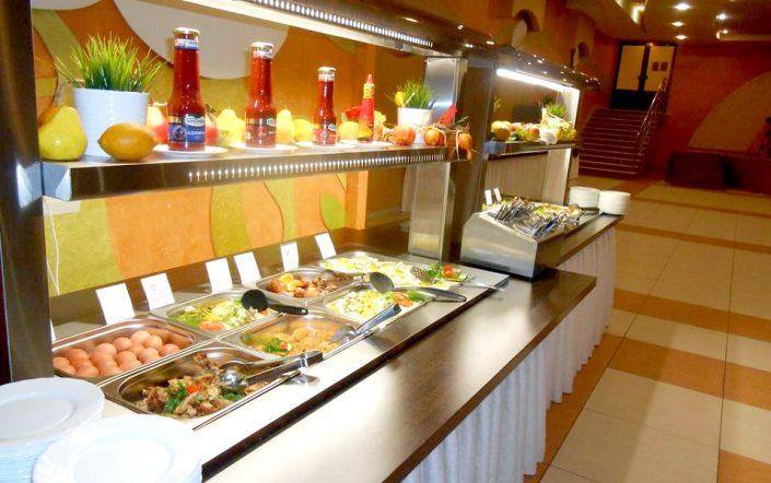 Шведский стол в ресторане гостиницы Сочи-Магнолия