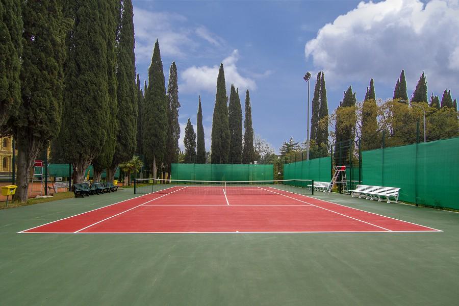 Теннисный корт с искуственным покрытием в санатории Сочи
