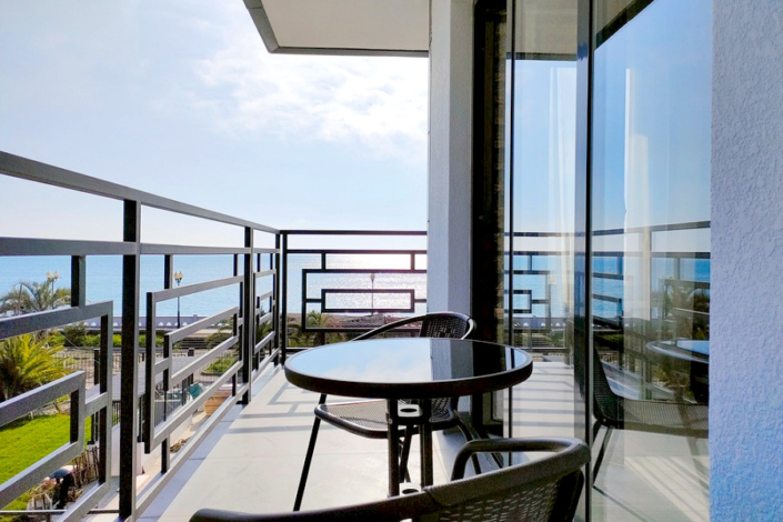 Вид на море с балкона одного из номеров семейного отеля A. V. Sokol