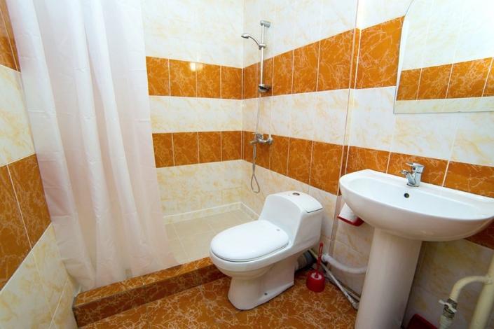 Туалетная комната номера в коттедже на пляже пансионата Солнечный