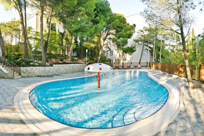 Открытый бассейн для детей на территории санатория Сосновая роща