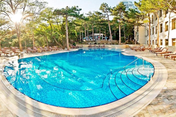 Открытый бассейн для взрослых на территории санатория Сосновая роща