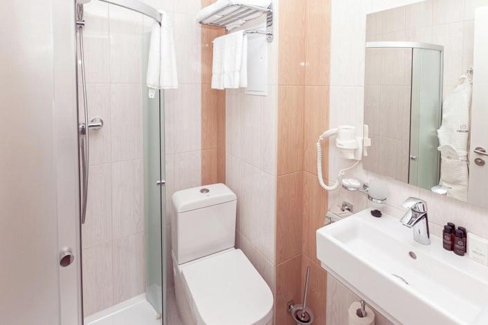 Туалетная комната номера Стандарт Промо в отеле Спутник