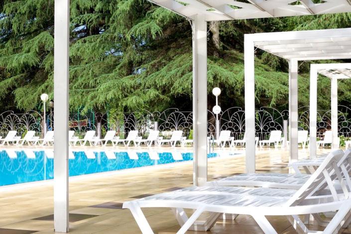 Зона отдыха у бассейна на территории отеля Спутник