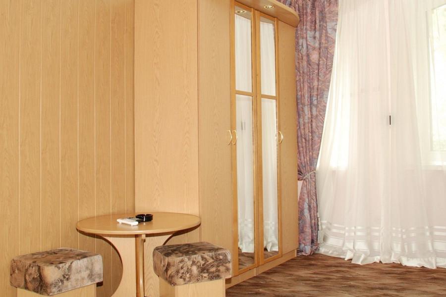 Улучшенный двухместный номер в коттедже Луганском отделения Спутник