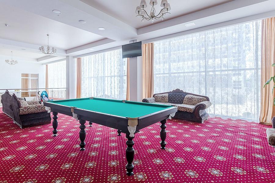 Бильярдная в холле Sunmarinn Resort Hotel