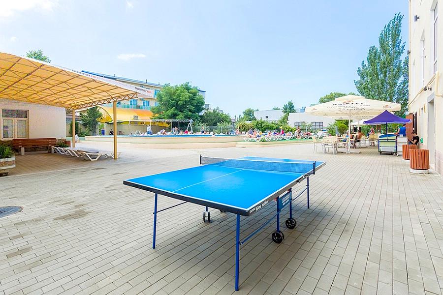 Стол для игры в пинг-понг на территории Sunmarinn Resort Hotel