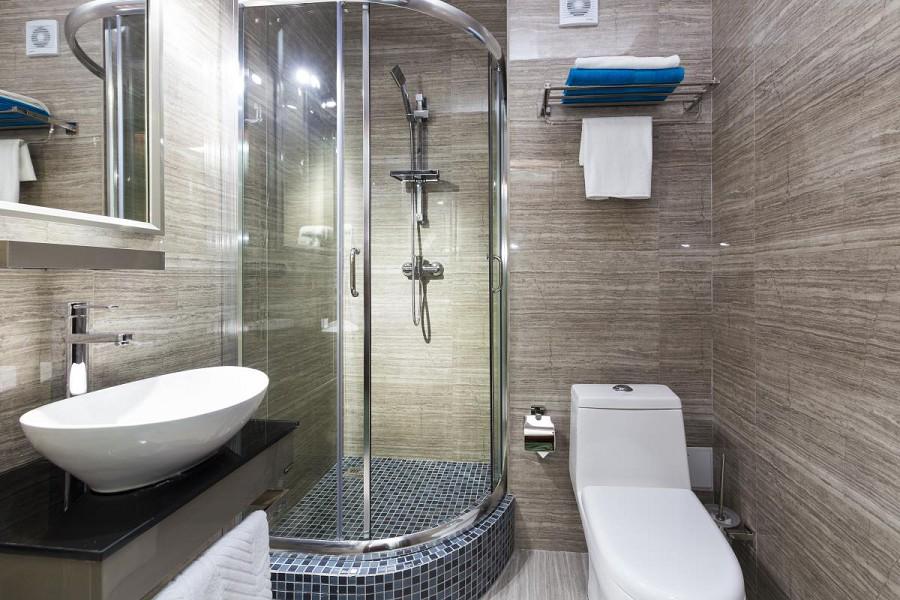 Туалетная комната Стандартного номера в Sunrise Garden Hotel, Гагра, Абхазия